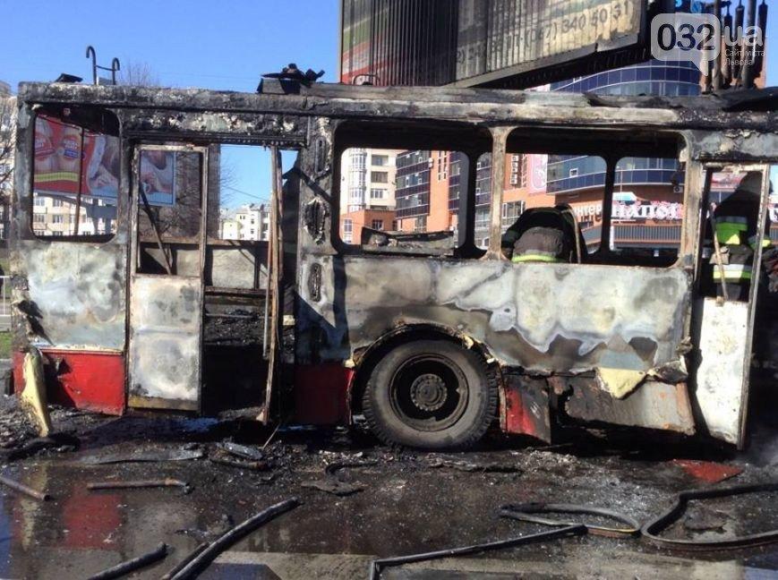 Причину пожежі тролейбусу №13 досі не встановлено (фото) - фото 1