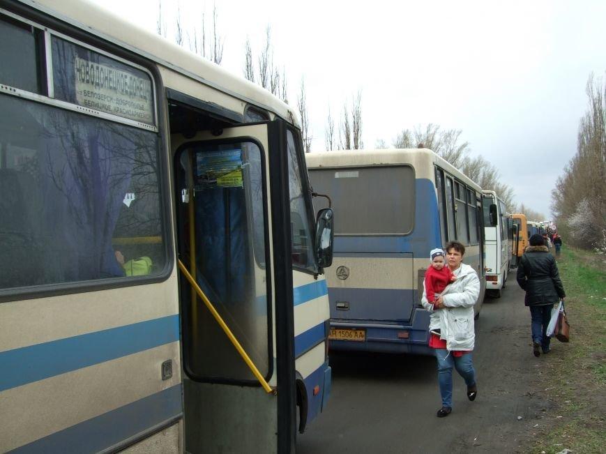 В Донецкой  области, чтобы выехать из «ДНР» приходится стоять в многокилометровой очереди (ФОТО) (фото) - фото 1
