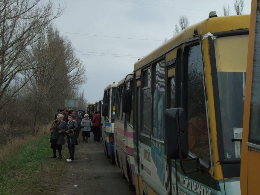 В Донецкой  области, чтобы выехать из «ДНР» приходится стоять в многокилометровой очереди (ФОТО) (фото) - фото 2
