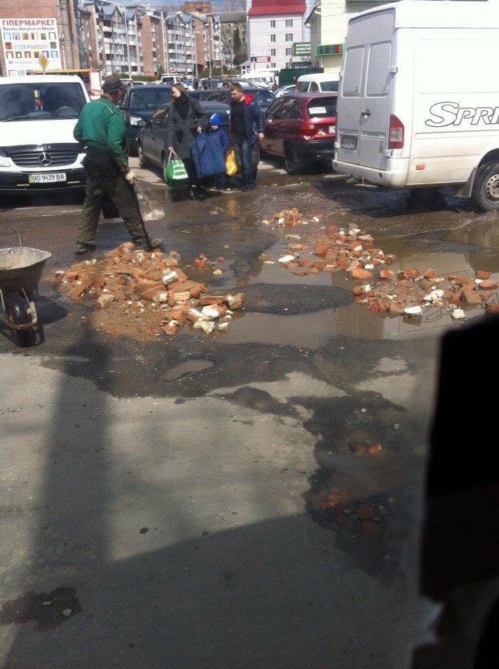 Ремонт доріг по-тернопільськи: розтрощенною цеглою засипають ями (фото) (фото) - фото 1