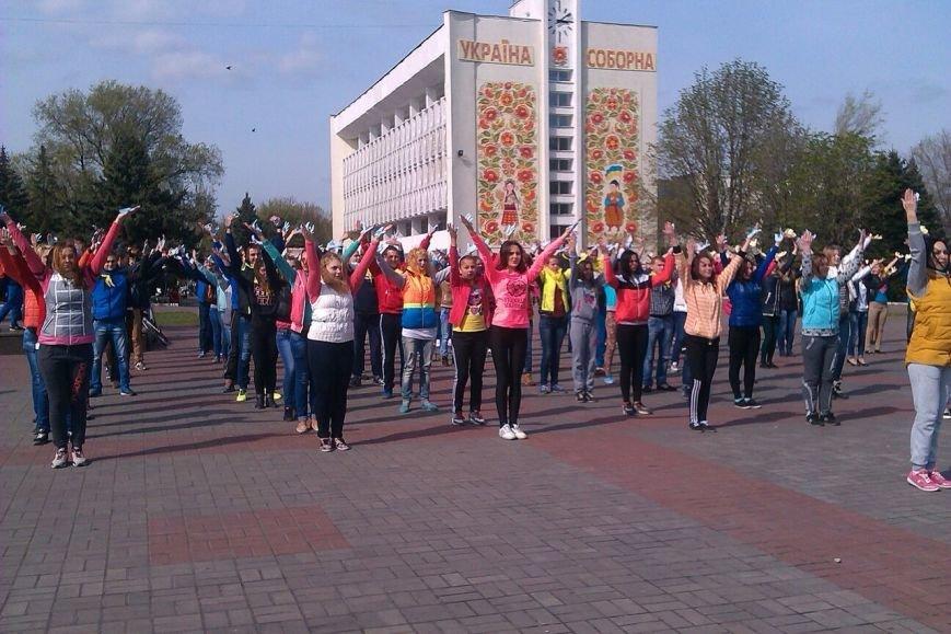 В Днепродзержинске молодежь устроила патриотичный флешмоб (фото) - фото 3
