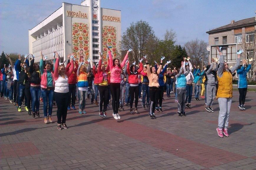 В Днепродзержинске молодежь устроила патриотичный флешмоб (фото) - фото 4
