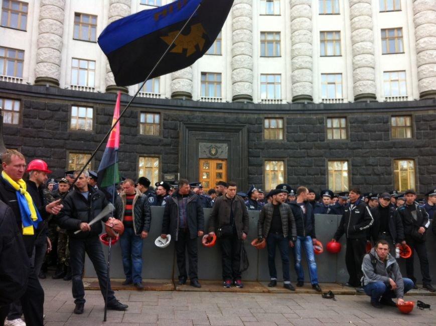 В Киеве митингующие шахтеры заблокировали движение по улице Грушевского (ФОТО) (фото) - фото 1