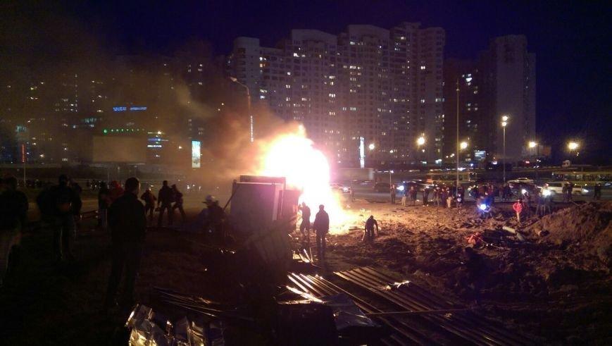 Активисты на Осокорках подожгли строительный вагончик (ФОТОФАКТ) (фото) - фото 1