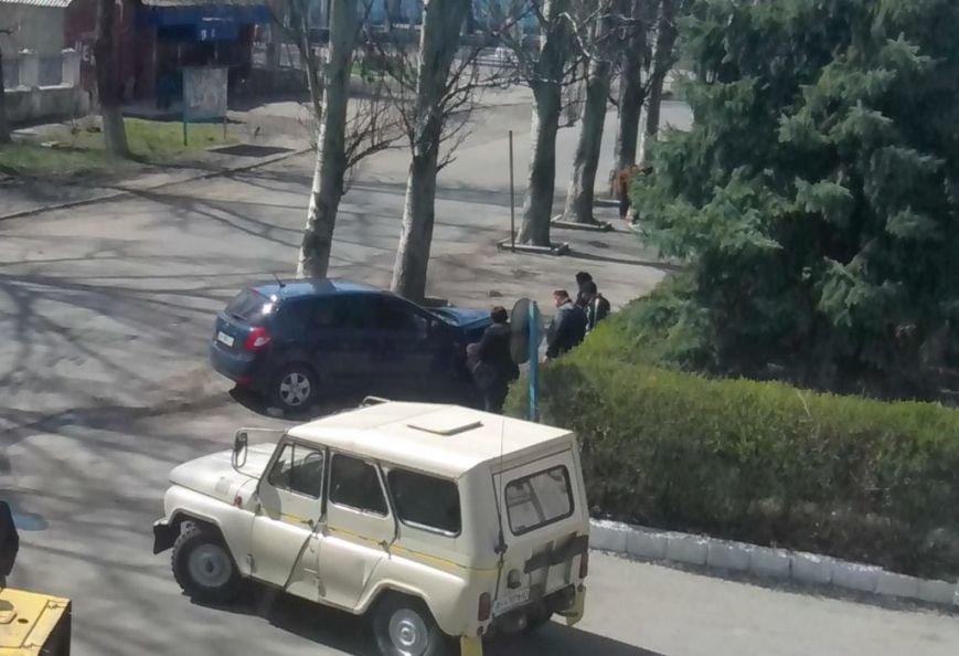 В Часов Яре внедорожник въехал в дерево, фото-1