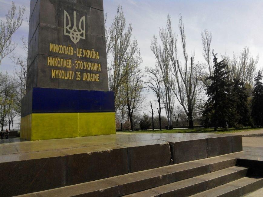 Николаевские патриоты дразнят сепаратистов обновленным дизайном бывшего памятника Ленину (ФОТО) (фото) - фото 2