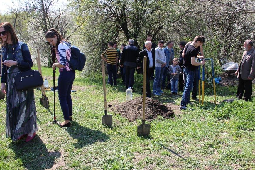 У Чернівцях висаджують дуби на честь Героїв, загиблих в АТО (фото) - фото 1