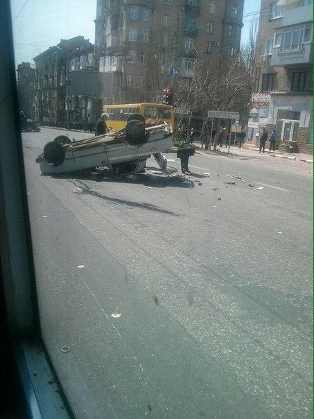 В центре Донецка перевернулась машина (Фотофакт) (фото) - фото 1