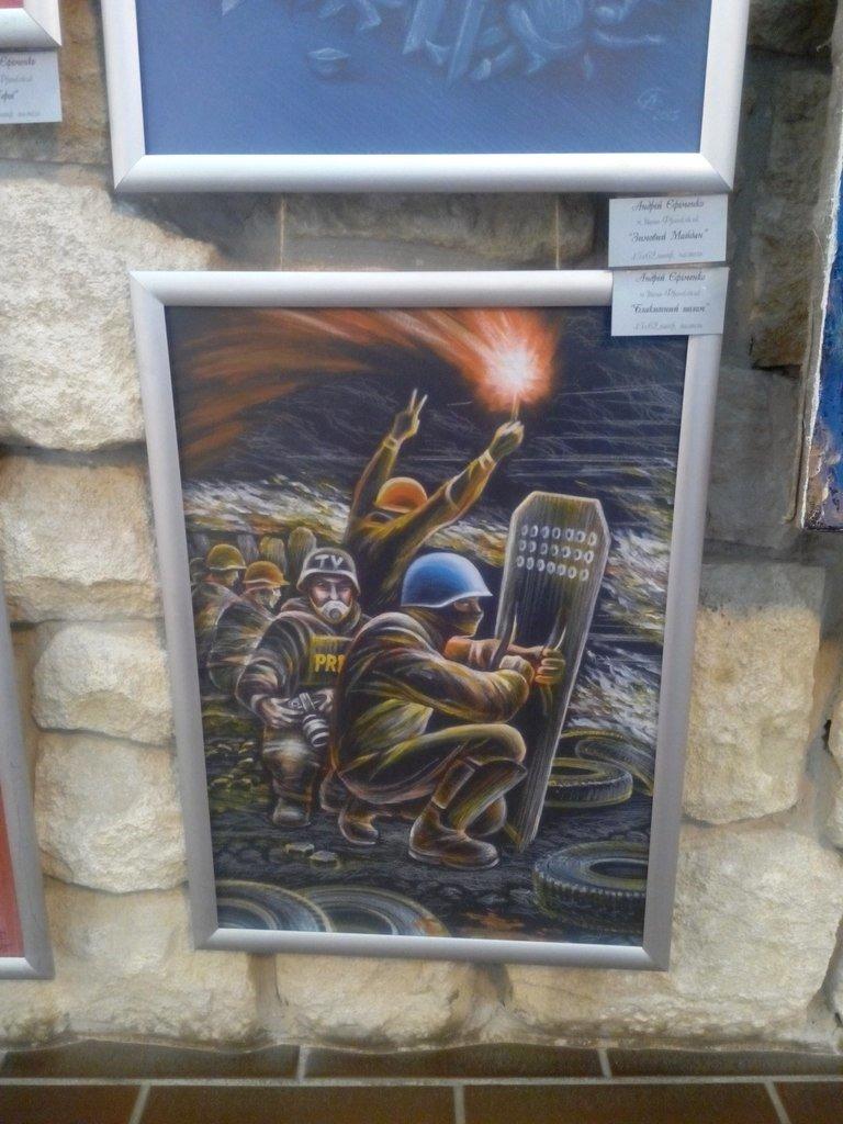 В Івано-Франківську відкрили виставку присвячену подіям на Майдані (ФОТОРЕПОРТАЖ) (фото) - фото 12
