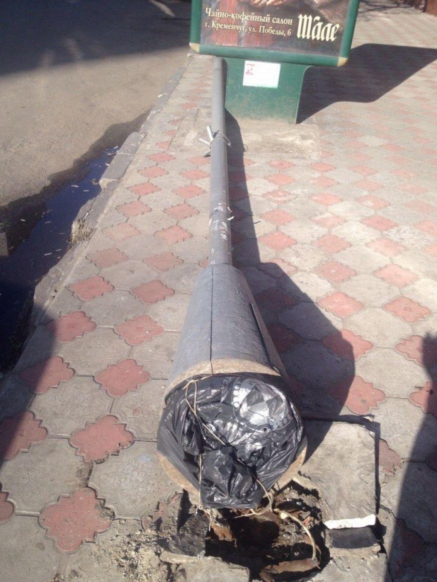 В центре Кременчуга на проезжую часть обрушился столб (ФОТО) (фото) - фото 1