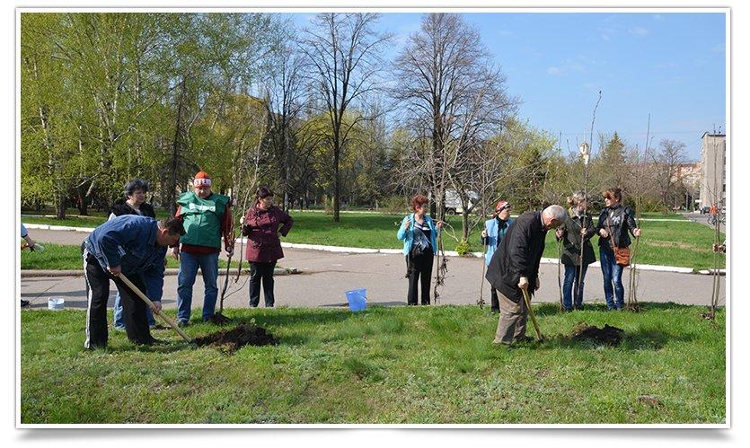 Горводоканал Славянска совместно с объединением «Самопоміч» высадил 20 деревьев (фото) - фото 1