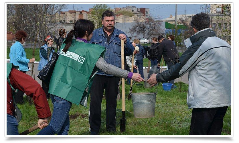 Горводоканал Славянска совместно с объединением «Самопоміч» высадил 20 деревьев (фото) - фото 5