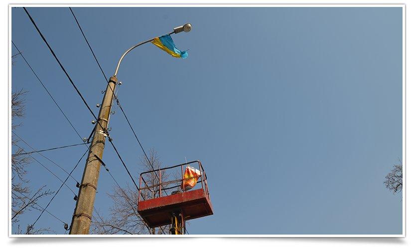 Славянск наводит красоту,  по ул.Ленинградской меняют флаги (фото) - фото 3