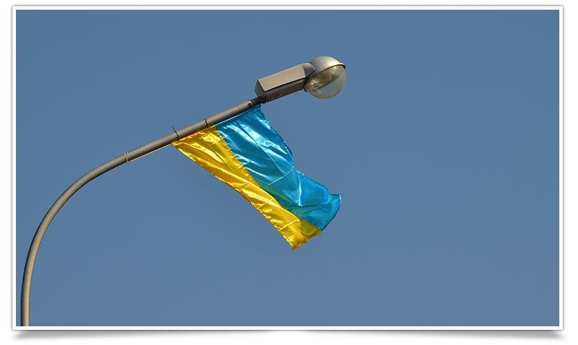 Славянск наводит красоту,  по ул.Ленинградской меняют флаги (фото) - фото 4