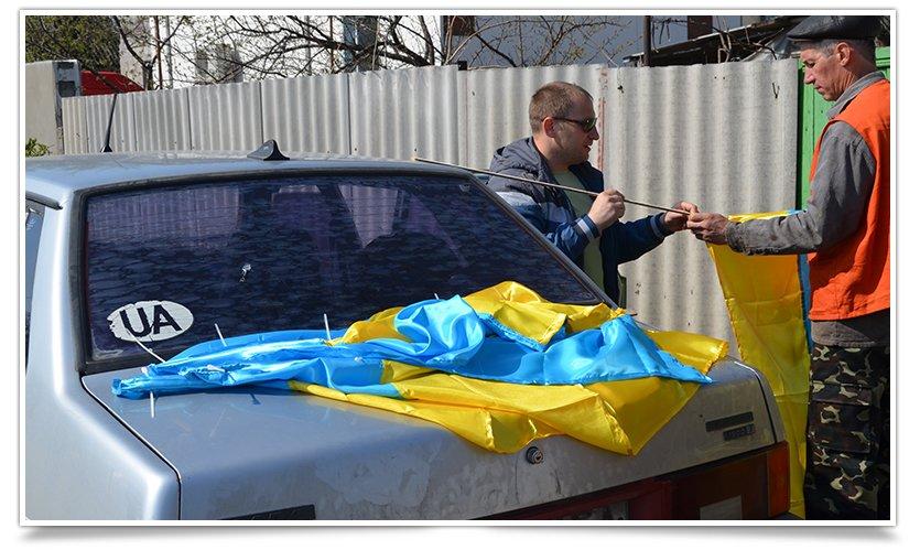 Славянск наводит красоту,  по ул.Ленинградской меняют флаги (фото) - фото 1