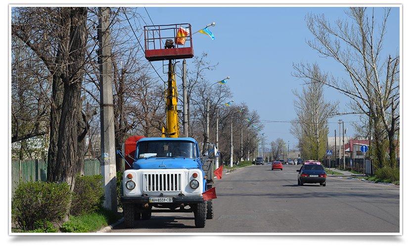 Славянск наводит красоту,  по ул.Ленинградской меняют флаги (фото) - фото 2