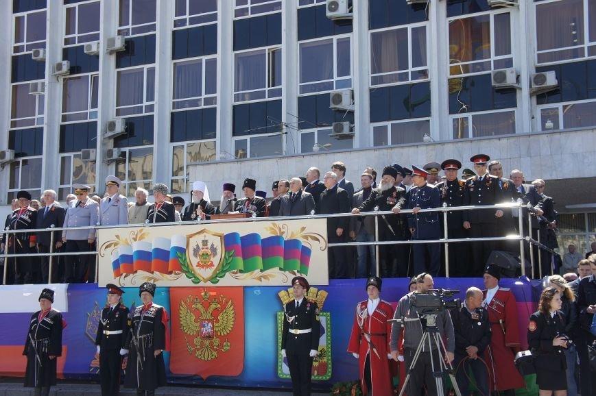 Более двухсот казаков из Белореченска приняли участие в параде (фото) - фото 1