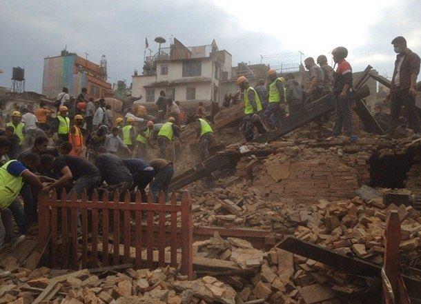 Трагедия мирового масштаба: Непал сотрясают самые мощные за последние 80 лет землетрясения, сходят лавины, (фото) - фото 4