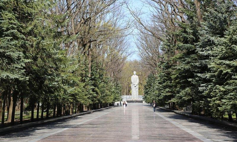 Как чиновники Харьковской обладминистрации мусор на Мемориале убирали (ФОТО) (фото) - фото 1