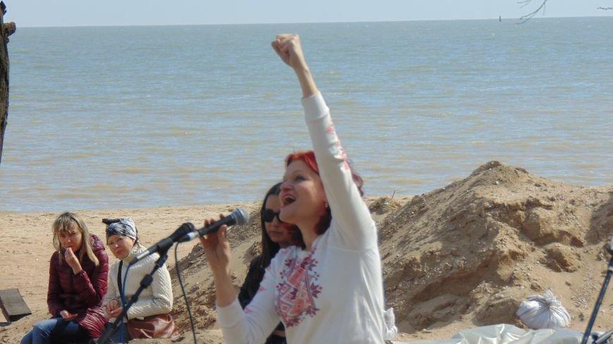 Под раскаты канонады в Мариуполе пели песни и мечтали о мире (ФОТО) (фото) - фото 1