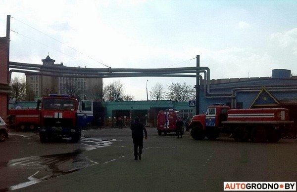В гродненском автопарке загорелись ангары: микроавтобус «РАФ» полностью выгорел (фото) - фото 1