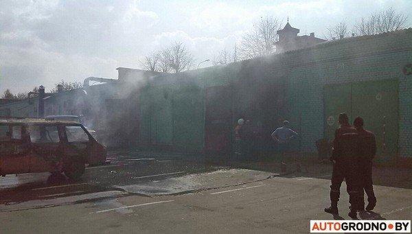 В гродненском автопарке загорелись ангары: микроавтобус «РАФ» полностью выгорел (фото) - фото 3
