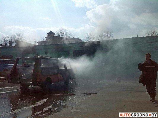 В гродненском автопарке загорелись ангары: микроавтобус «РАФ» полностью выгорел (фото) - фото 2