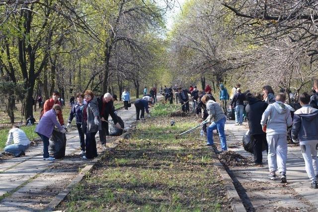 В Доброполье состоялась акция по уборке городского парка (фото) - фото 1