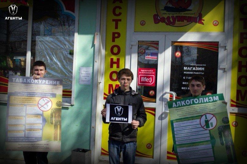В Симферополе активисты дарили розы продавцам, которые отказались продать алкоголь детям (ФОТО) (фото) - фото 1