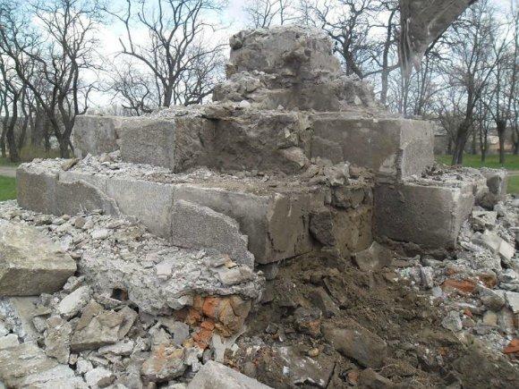 В Кировоградской области памятник Ленину стоял на постаменте из могильных плит (фото) - фото 1