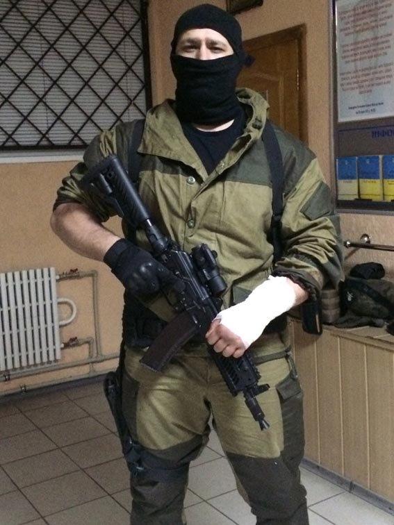 Под Харьковом мужчина угрожал застрелить милиционеров, повредил им автомобиль и ударил ножом бойца батальона (фото) - фото 1