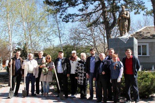 Аксенов высадил деревья в симферопольском парке и планирует подобные акции проводить каждые выходные (ФОТО) (фото) - фото 10