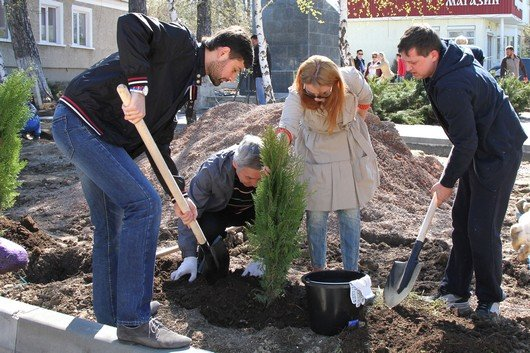 Аксенов высадил деревья в симферопольском парке и планирует подобные акции проводить каждые выходные (ФОТО) (фото) - фото 13
