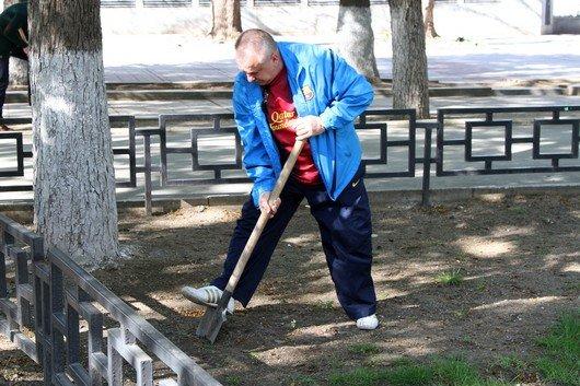 Аксенов высадил деревья в симферопольском парке и планирует подобные акции проводить каждые выходные (ФОТО) (фото) - фото 15