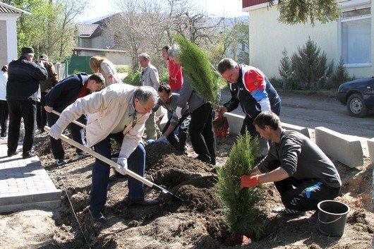 Аксенов высадил деревья в симферопольском парке и планирует подобные акции проводить каждые выходные (ФОТО) (фото) - фото 12