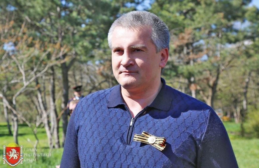 Аксенов высадил деревья в симферопольском парке и планирует подобные акции проводить каждые выходные (ФОТО) (фото) - фото 3