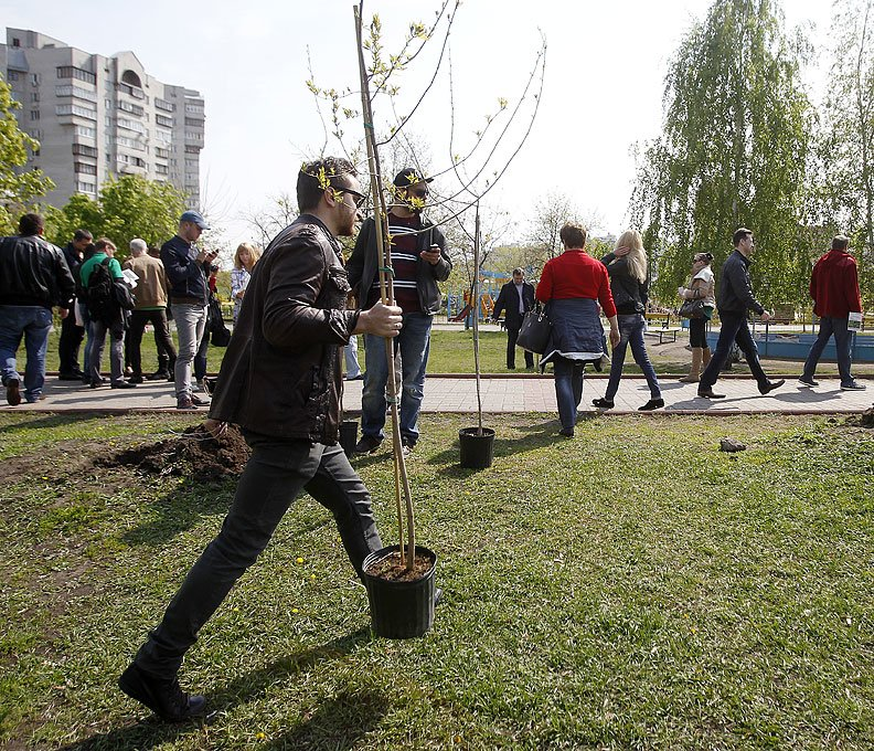 В Киеве посадили аллею патриотов памяти Кузьмы Скрябина (ФОТО) (фото) - фото 1