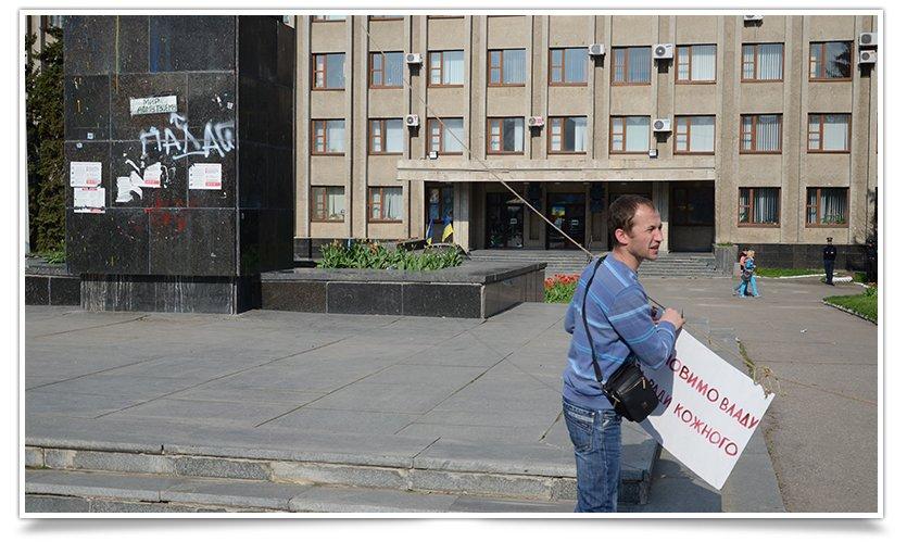 В Славянске Ленина поймали на удочку (видео) (фото) - фото 3