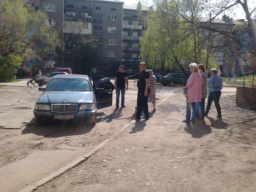 У Франківську посеред вулиці невідомі «вибивали» у чоловіка борг, фото-1
