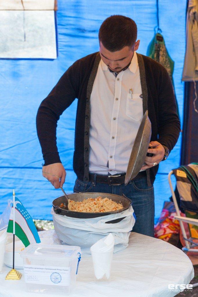 Студенти іноземці нагодували сумчан (ФОТО) (фото) - фото 1