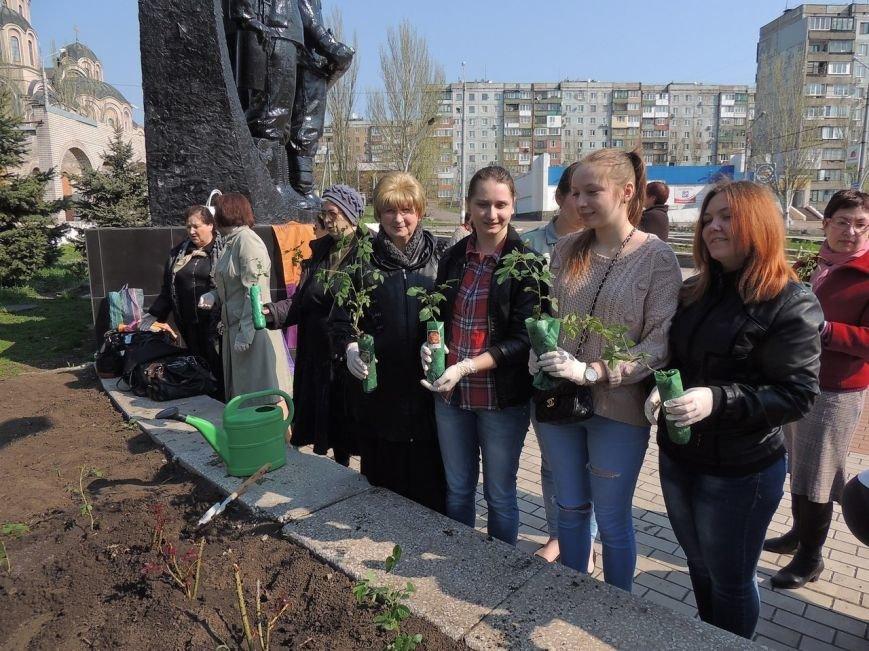 «Аллею дружбы и мира» высадили в Макеевке (фото) - фото 2