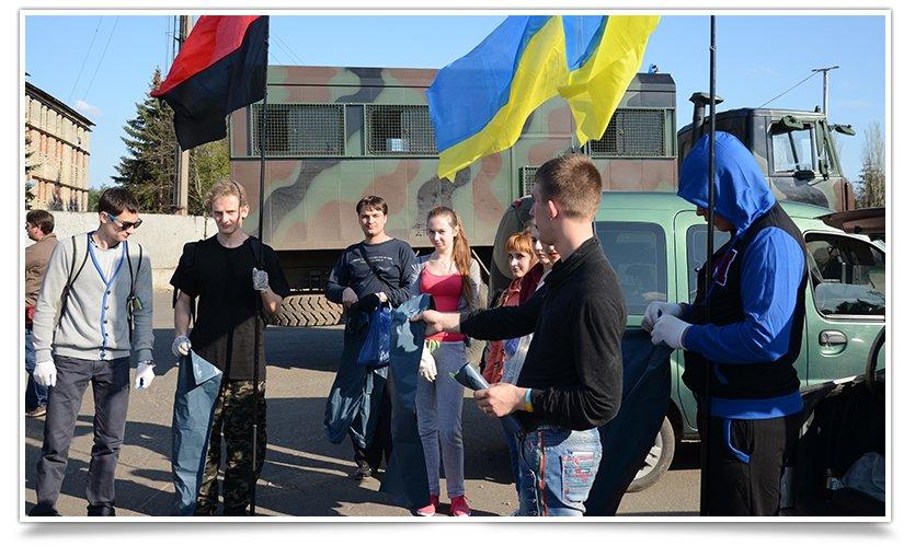 В Славянске студенты провели субботник на блокпосту (фото) - фото 1