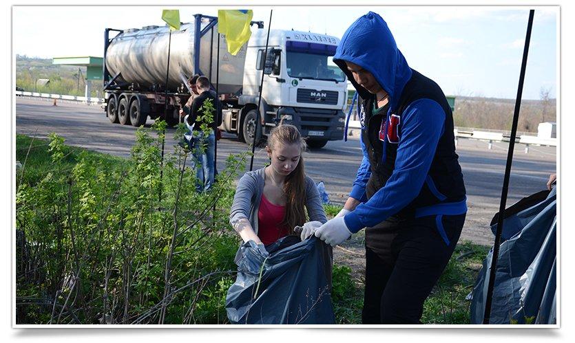 В Славянске студенты провели субботник на блокпосту (фото) - фото 3