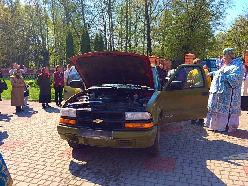 Хмельницька єпархія передала автомобіль для військових на фронт (фото) - фото 3