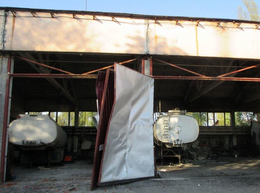 На одном из предприятий города произошёл взрыв, разрушивший цех и повредивший 12 легковых автомобилей (ФОТО) (фото) - фото 1