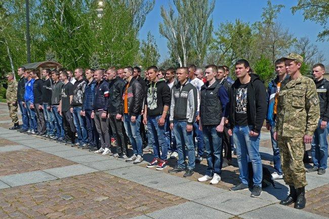 В Николаеве новобранцев торжественно отправили на службу в Нацгвардию (ФОТО+ВИДЕО) (фото) - фото 12