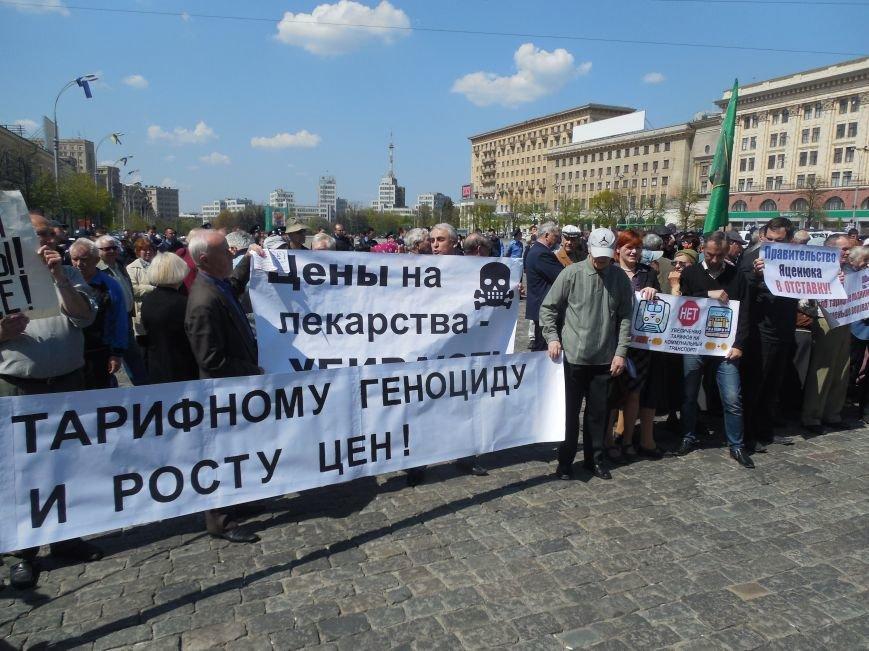 Харьковские коммунисты вышли на площадь Свободы и развернули красный флаг (ФОТО+ВИДЕО) (фото) - фото 1