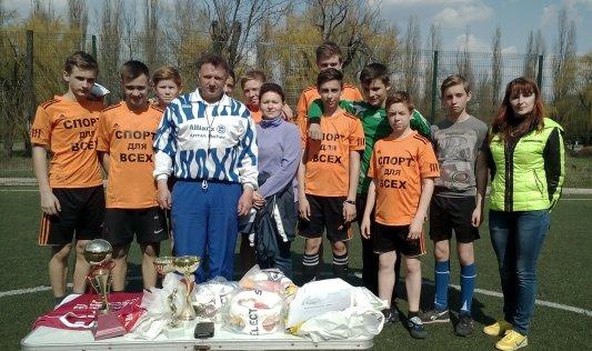 В г. Белозерское прошел Открытый турнир по мини-футболу, посвященный Дню Футбола (фото) - фото 1