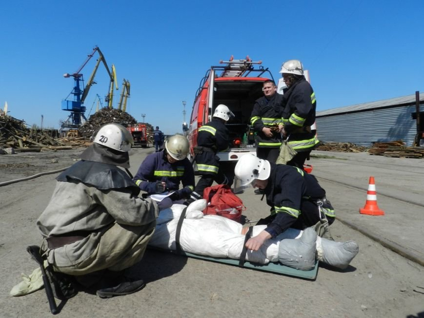 Пожарники научились тушить херсонский речпорт (фото) (фото) - фото 2