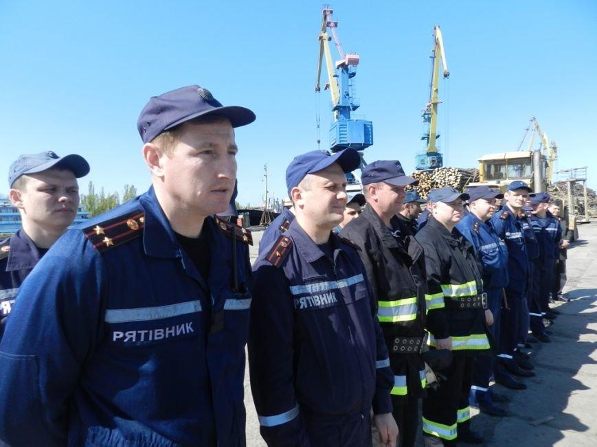 Пожарники научились тушить херсонский речпорт (фото) (фото) - фото 3
